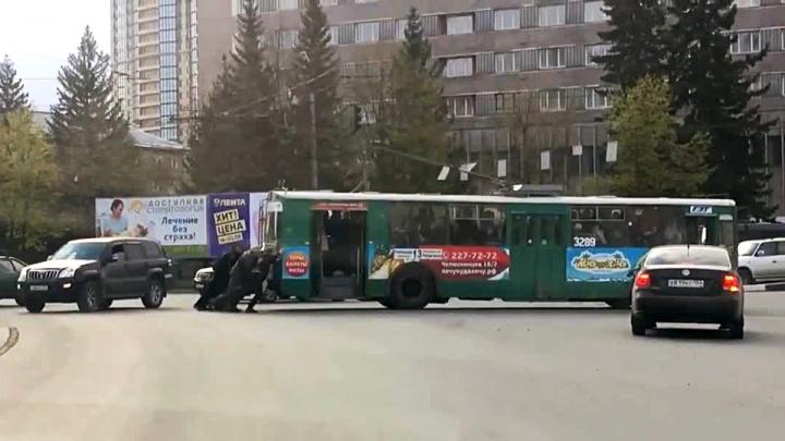 Утренняя зарядка: пассажирам пришлось толкать троллейбус на Сухом логу