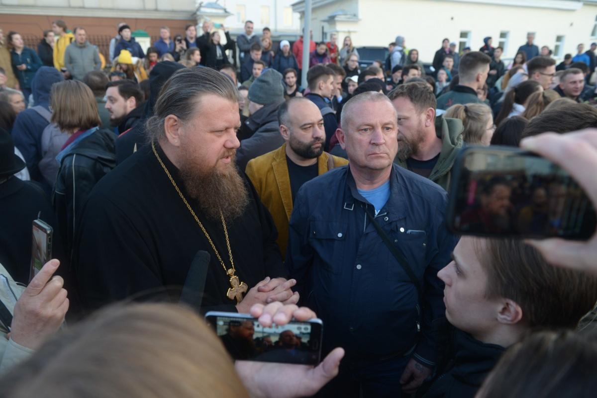 Настоятель Храма-на-Крови Максим Миняйло несколько дней разговаривал с участниками протеста в сквере и объяснял позицию епархии