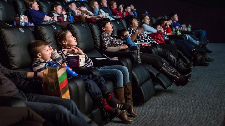 Удобно, как дома: челябинцев позвали смотреть новые киноленты в мягких креслах