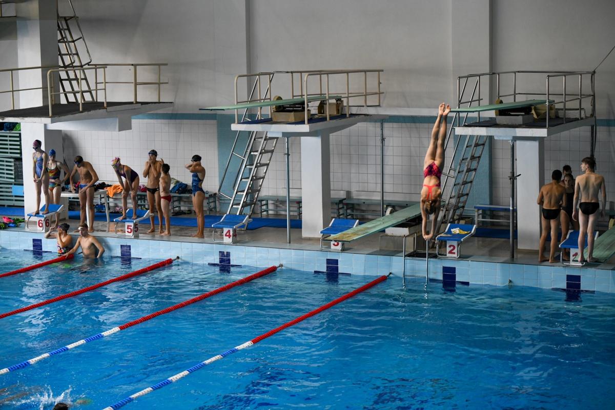 Спортсмены тренируются на современных трамплинах