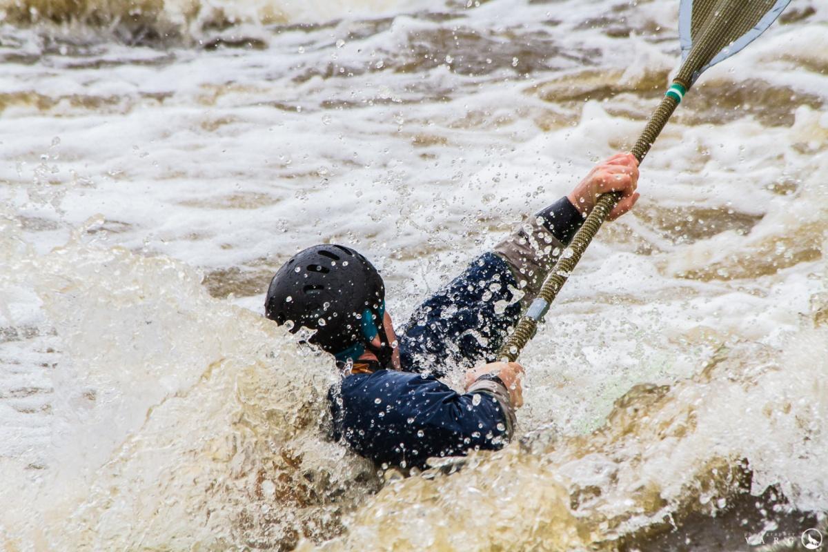 Экстремалы на каяках покорили порог Ревун: публикуем фотографии, от которых становится холодно