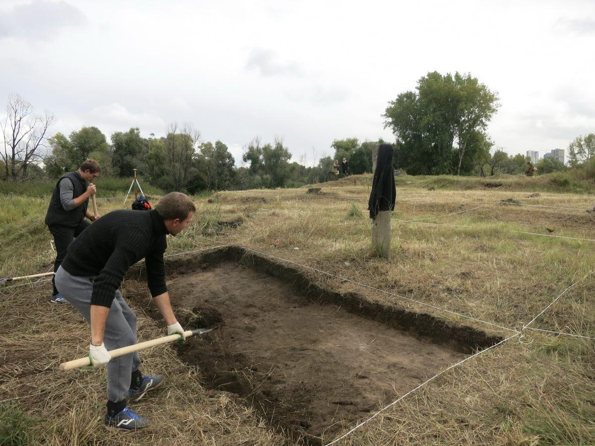 На участке уже выкосили траву и разметили территорию
