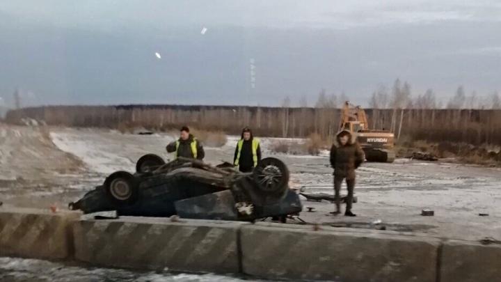 Lada перелетела через отбойник и приземлилась на крышу: в ДТП на Мельникайте пострадали двое