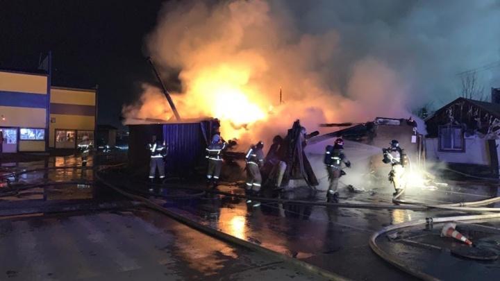 В Ростове загорелась баня. Площадь пожара — 150 квадратных метров