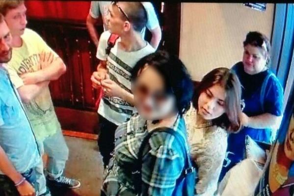 Валерия в центре фото. Её лицо мы замазали по её просьбе