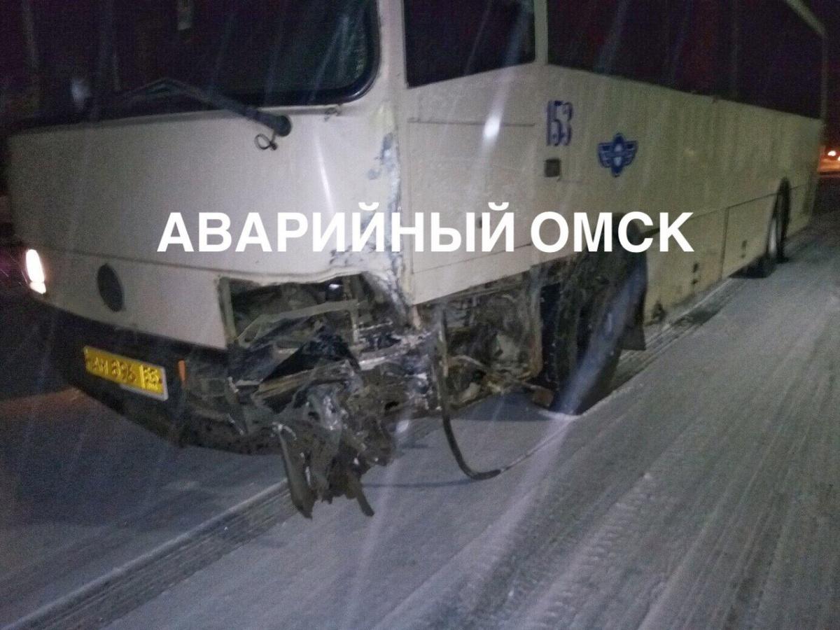 «Волга» превратилась вгруду металлолома после ДТП натрассе под Омском