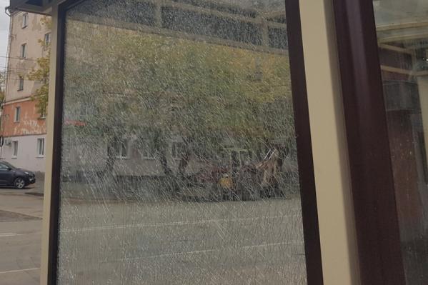 Молодой человек несколько раз ударил монтировкой по стеклу
