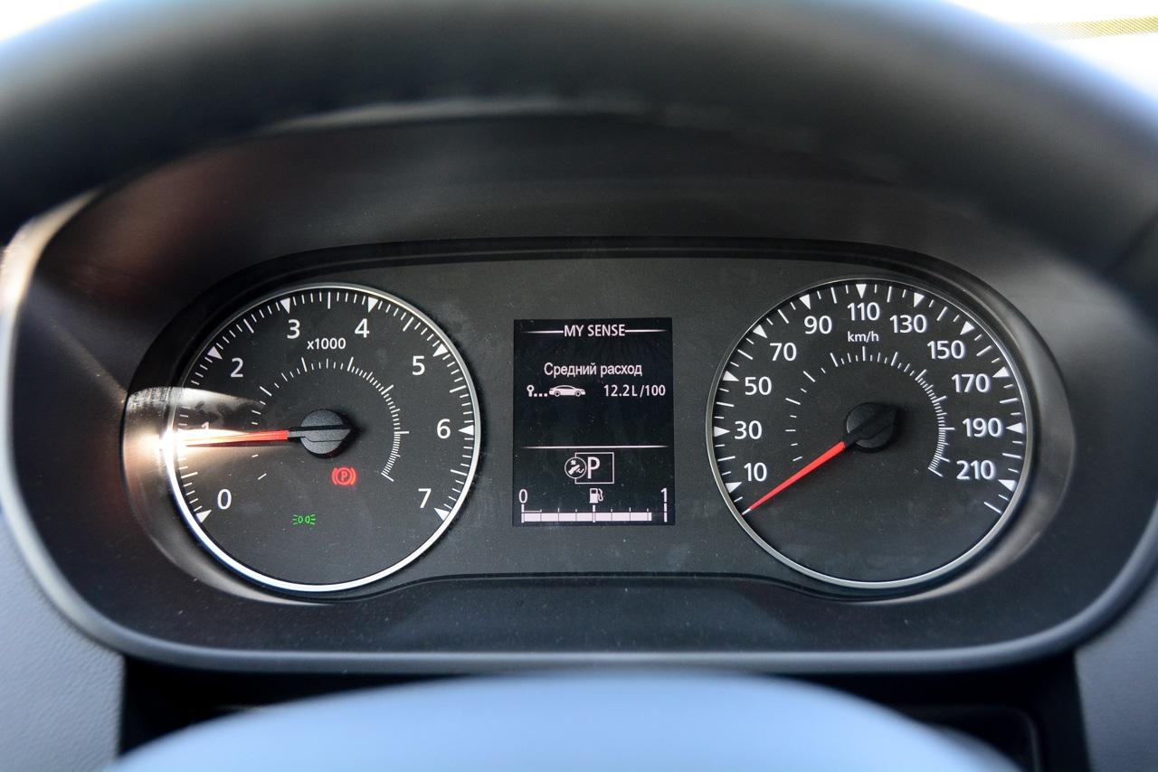 Нечётная разметка спидометра и отсутствие цифровой индикации — анахронизм. Держать 60км/час и 80 км/час сложно