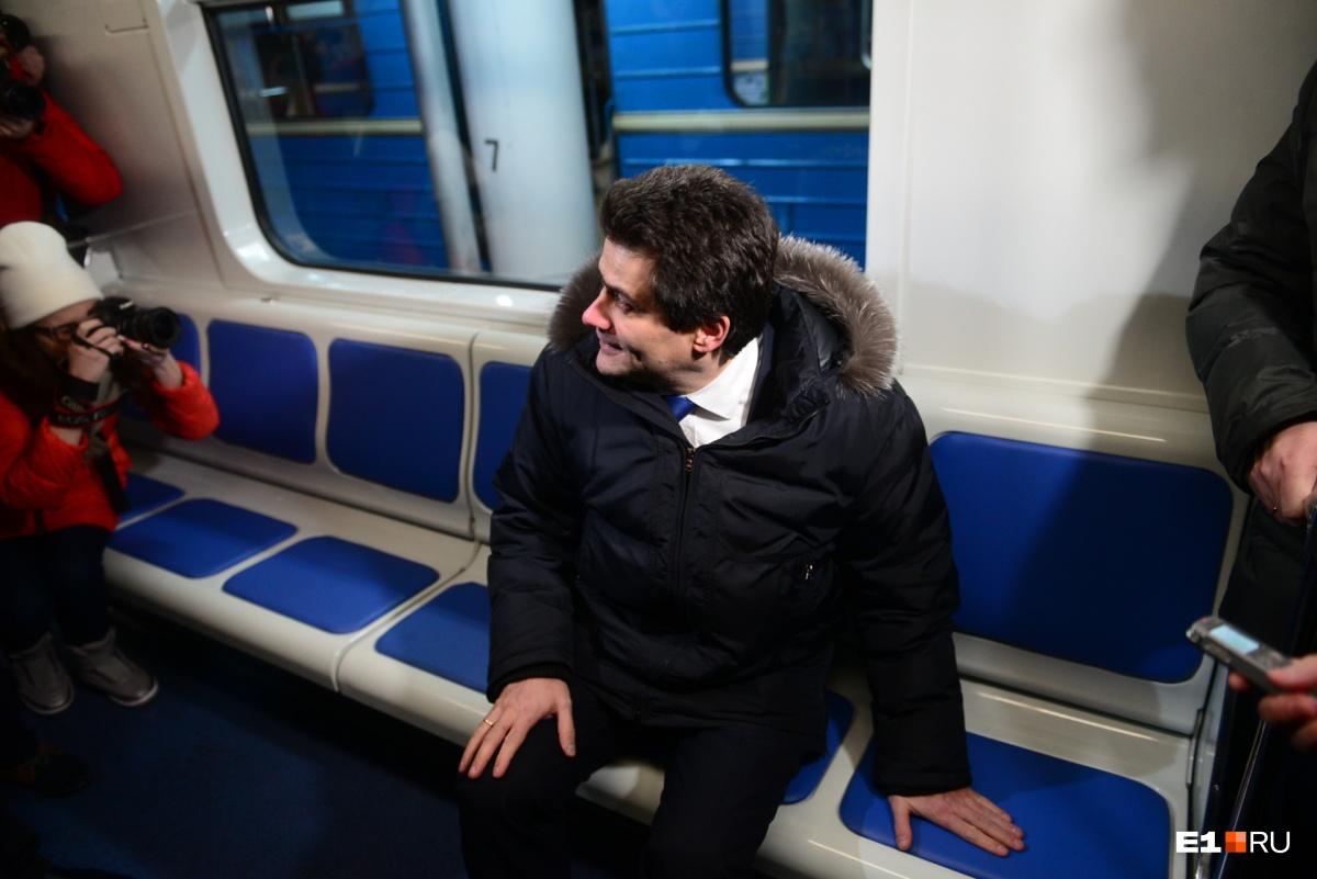 Глава Екатеринбурга опробовал новые сиденья и заявил, что часто пользуется метро, чтобы ездить на совещания