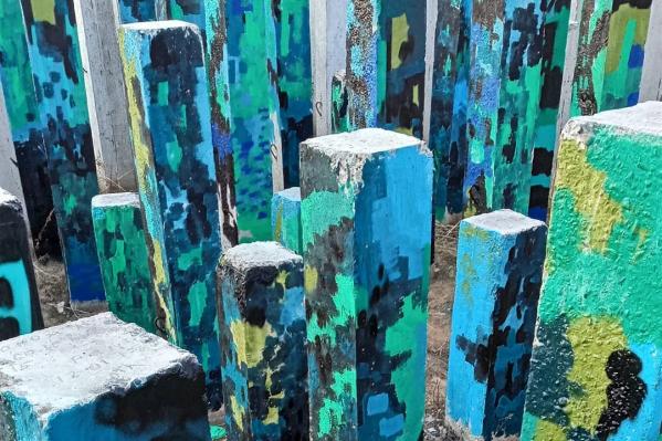 Сваи на заброшенном пустыре в переулке Светлогорский сейчас выглядят так