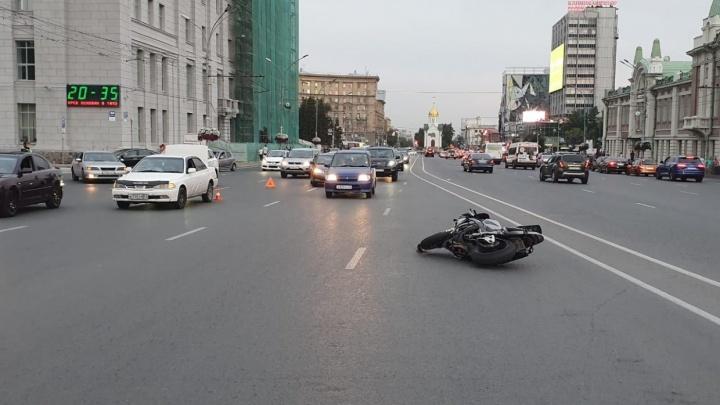 «Куда ты рулишь?»: праворулька сносит мотоциклиста на Красном проспекте — мог ли он обрулить (видео)