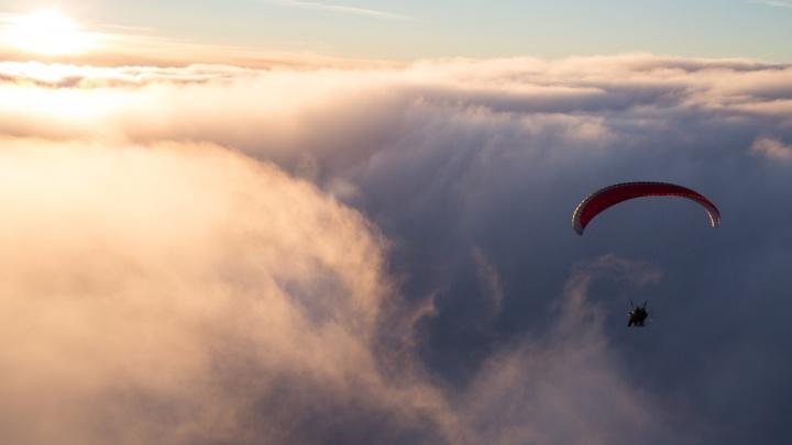 Как на перине: самарские мотопланеристы сняли умопомрачительные облака над Южным городом