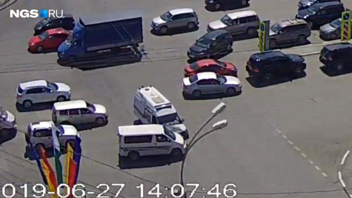 Видео: как водитель микроавтобуса протаранил скорую помощь на Красном проспекте