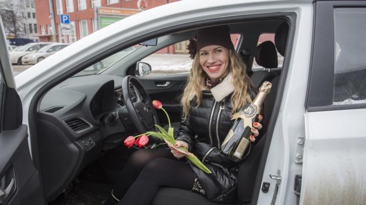 Автоинспекторы поздравили женщин с 8 Марта — дарили безалкогольное вино и средство для мытья посуды