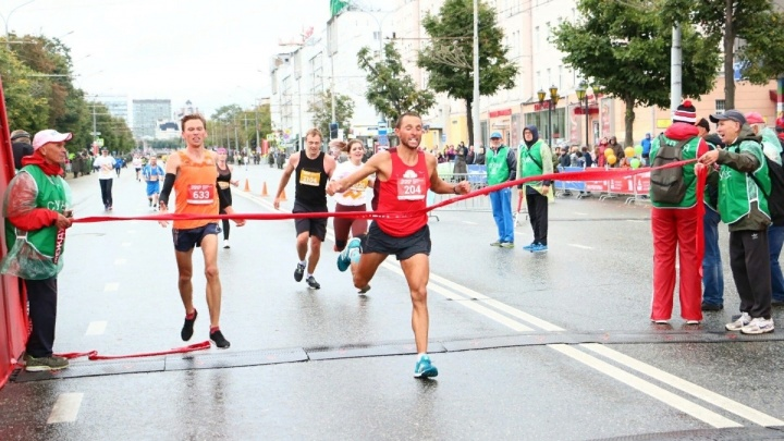 «Я бежал с травмой»: самарский бегун выиграл марафон в Перми