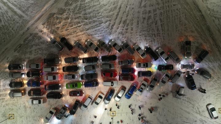 60 машин выстроились в сверкающую ёлку на парковке ТЦ «Авиатор»