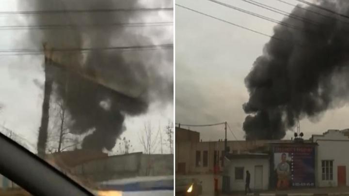 Горят нефтепродукты: над центром Ярославля поднялся чёрный дым