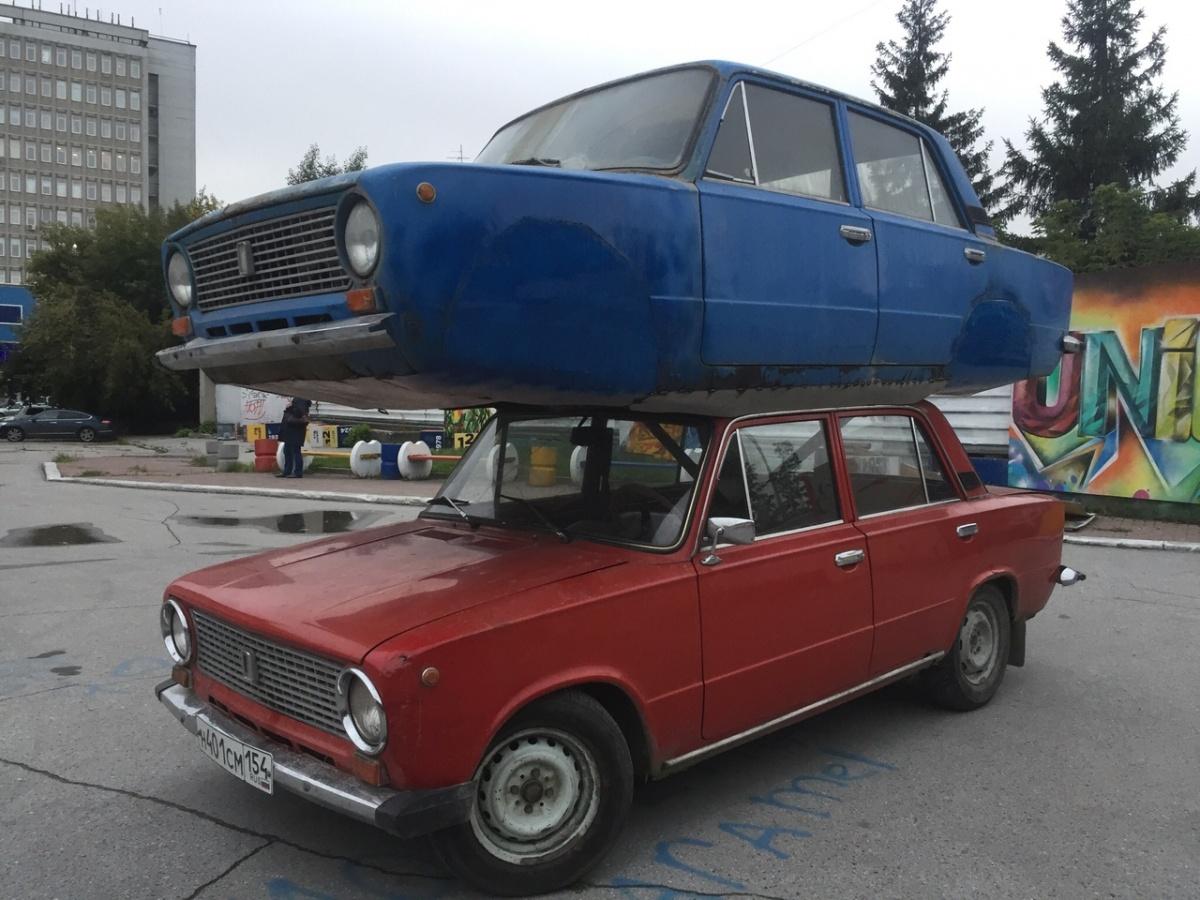 Необычную машину пригнали к кинотеатру для фестиваля граффити