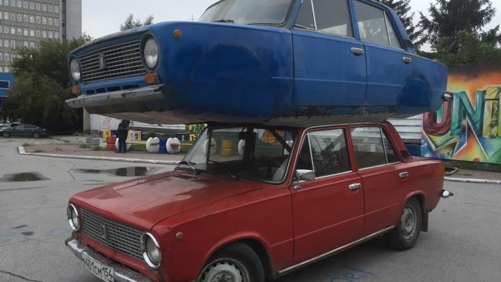 У кинотеатра Маяковского припарковали двухэтажные «Жигули»