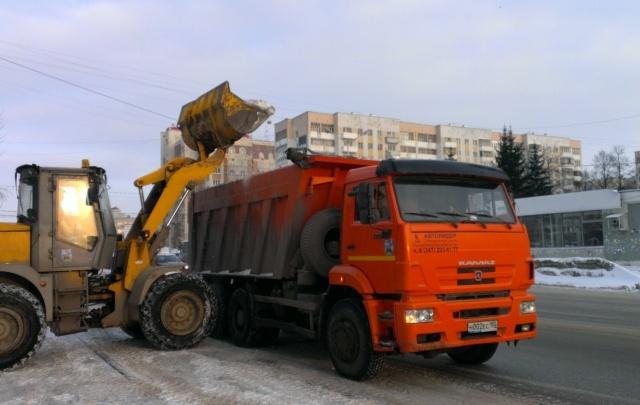 В Уфе продолжают чистить дворы и вывозить остатки снега