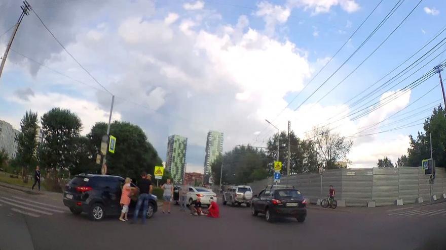 Видео: пенсионер сбил девушку на переходе с неработающими светофорами