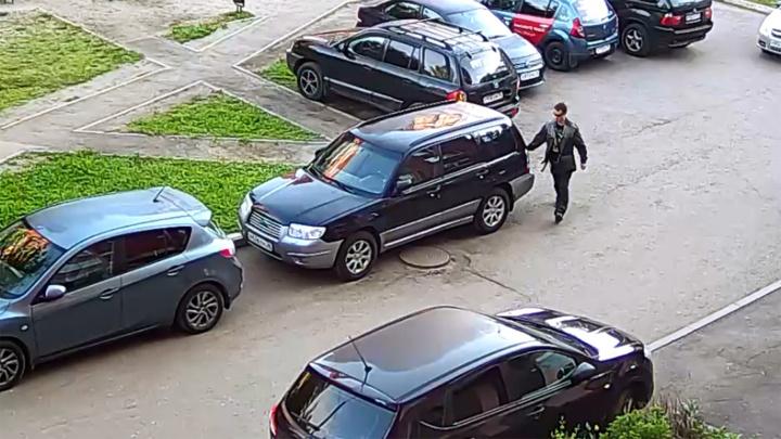 Содрал краску до самого металла: в Ярославле разыскивают мужчину, испортившего несколько авто