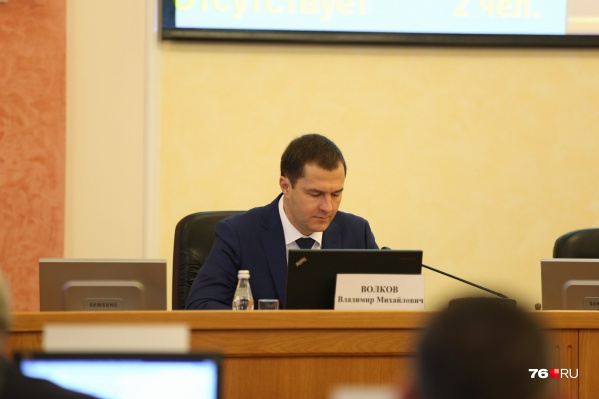 Главный кандидат — и. о. мэра Ярославля Владимир Волков наблюдает за происходящим с места в президиуме