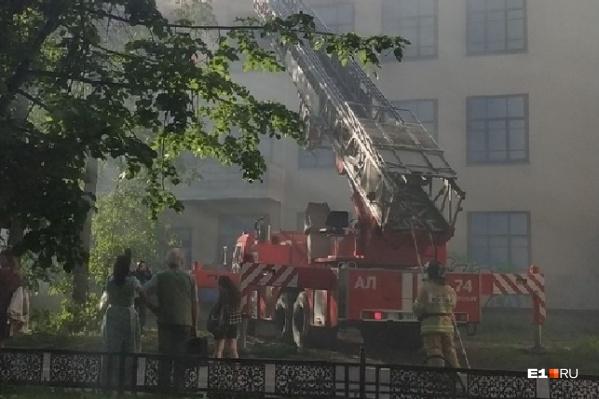 На место происшествия приехали семь пожарных машин