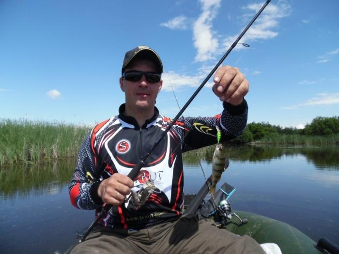 Сергей Лушков забрал упавшего рыбака в свою лодку, а затем взял его лодку на буксир
