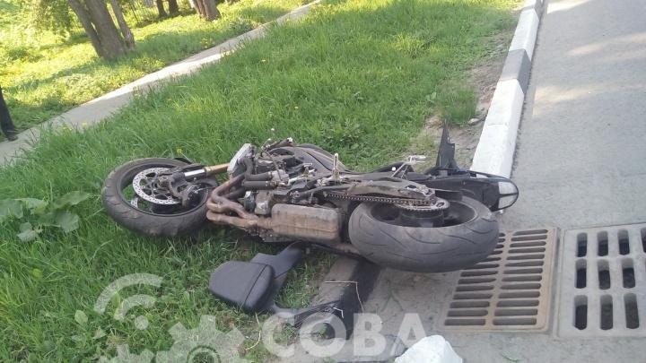 «Перебегала под аркой». На Нижне-Волжской набережной мотоциклист сбил женщину