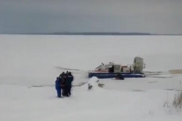 Четверых рыбаков, провалившихся под лед на Суре, успели спасти, но один погиб