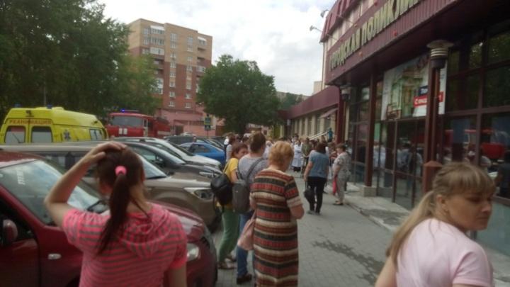 Из городской поликлиники на Ватутина эвакуировали всех пациентов и сотрудников
