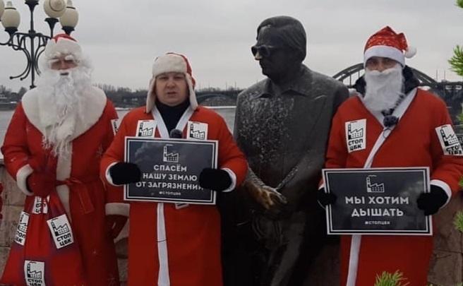 «Мы хотим дышать»: в Ярославской области появились бунтующие Деды Морозы