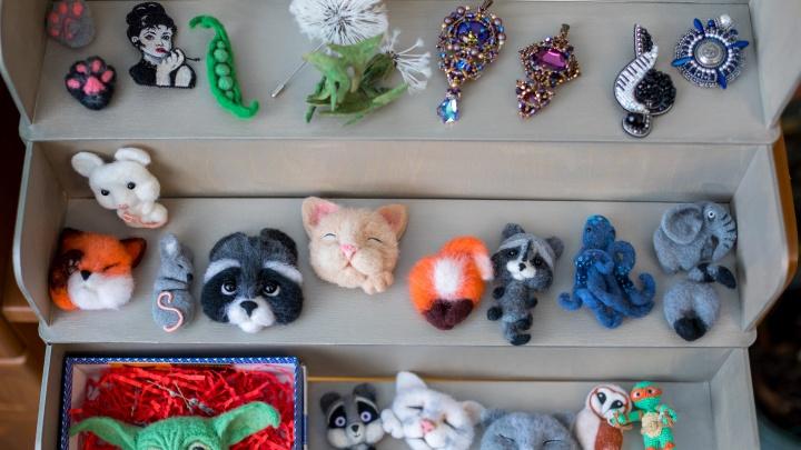 Подруги из Красноярска бросили работу в офисе и создают невероятные брошки ручной работы. Фоторепортаж