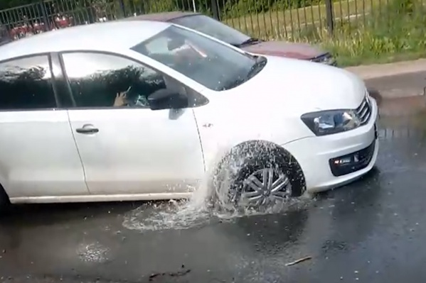 Выбраться самостоятельно из ямы у водителя не получилось