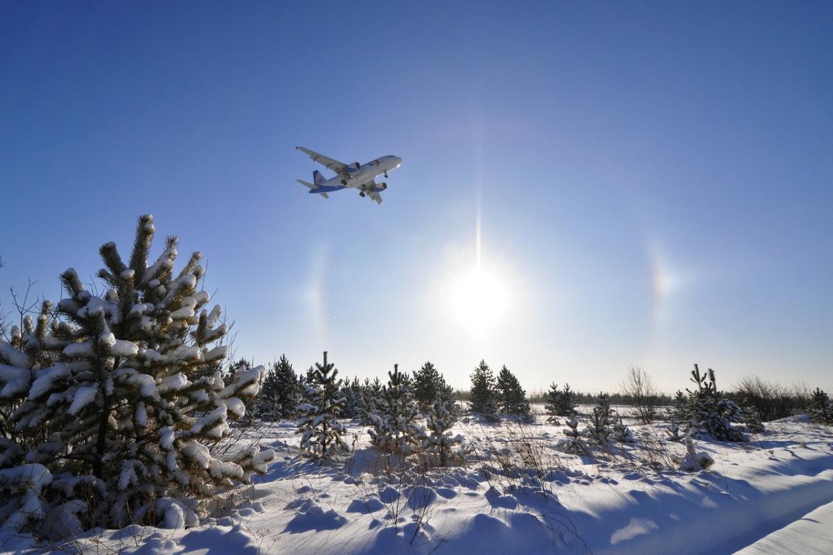 Самолёт взлетает на фоне гало. Автор — Владимир Задумин