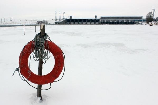 Кислород для рыбы подаётся в воду на шлюзе при помощи трубопровода