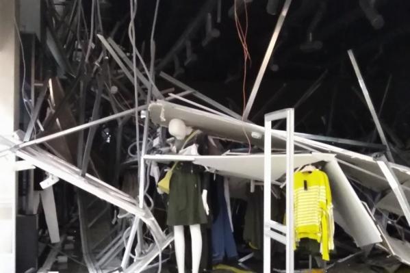 В одном из отделов обрушился гипсокартонный потолок