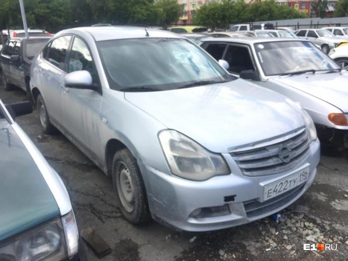 Поврежденная машина два месяца стояла на штрафной парковке, а ее хозяйка думала, что иномарка продается в автосалоне