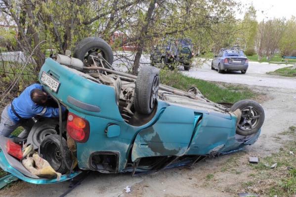 В Первомайском районе Новосибирска иномарка перевернулась на крышу