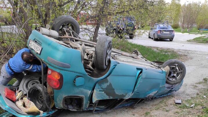 Прохожий помог двум девушкам выбраться из перевернувшейся машины с газовыми баллонами