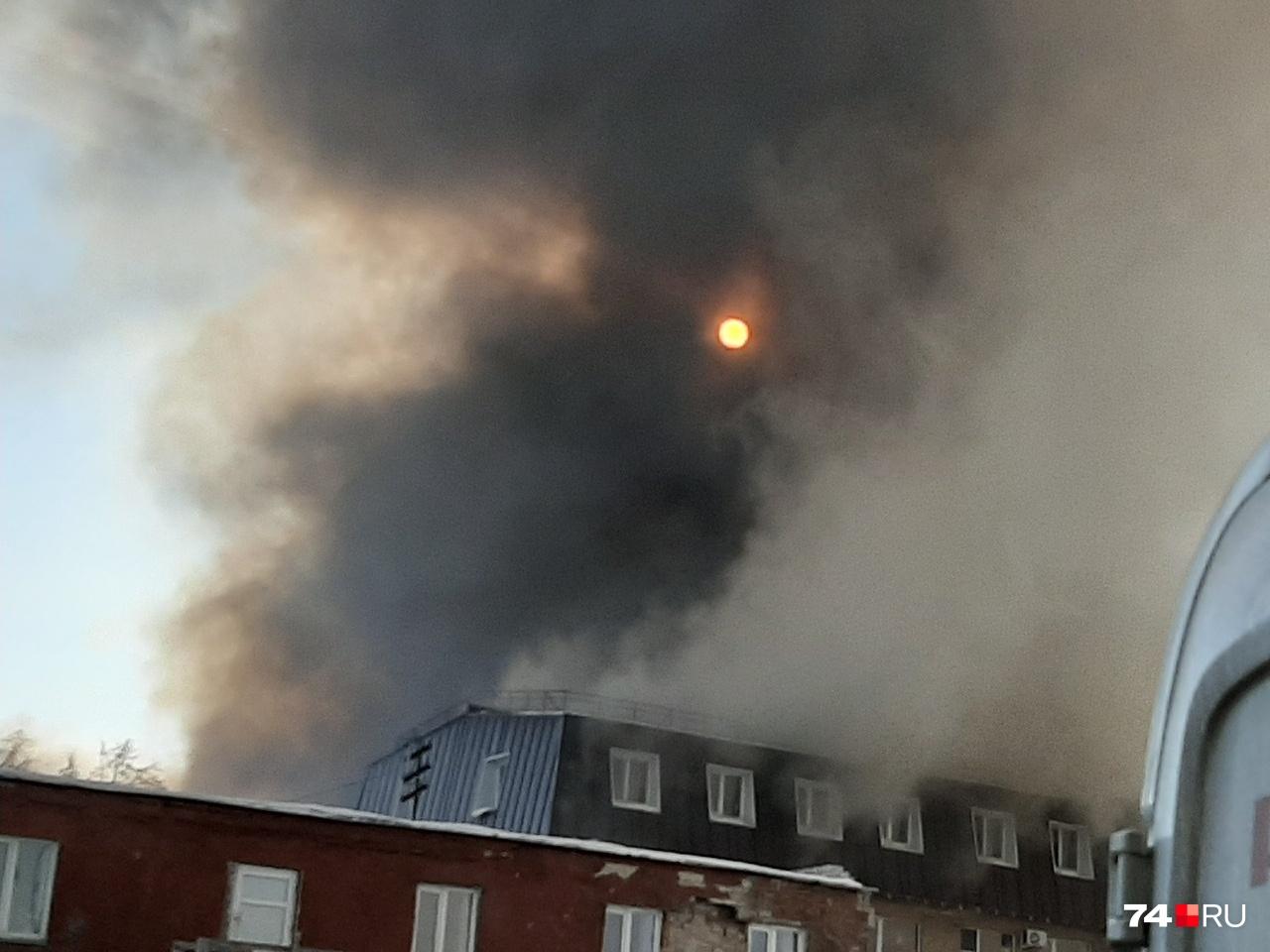 Через крышу идёт столб чёрного дыма