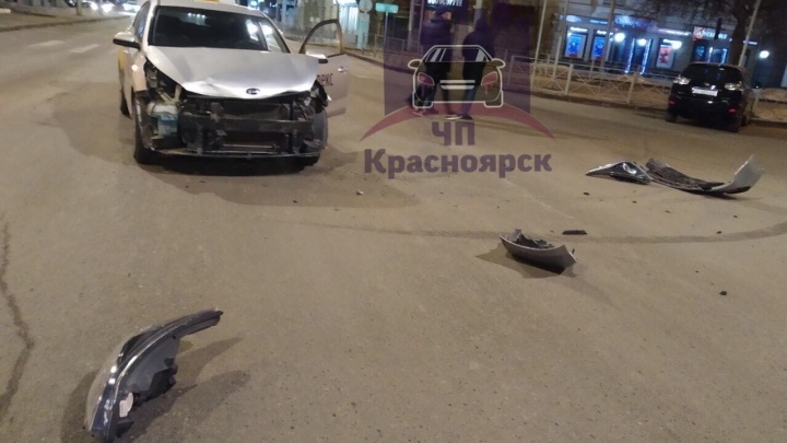 Водитель «Тойоты» с иностранными номерами устроил аварию с такси и скрылся по встречке