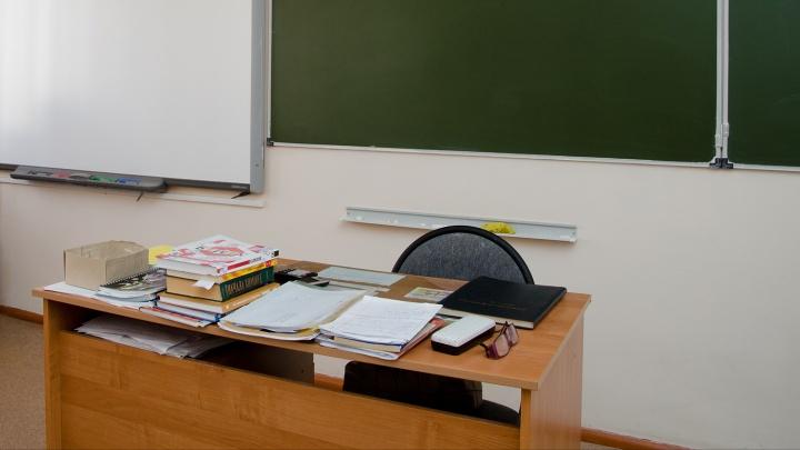 Школьного сторожа-пенсионера посадили в СИЗО за кражу денег из кабинета директора
