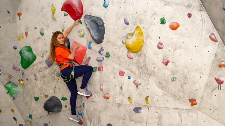 Хобби на высоте: девушка-блогер покорила стену в 7,5 м на скалодроме