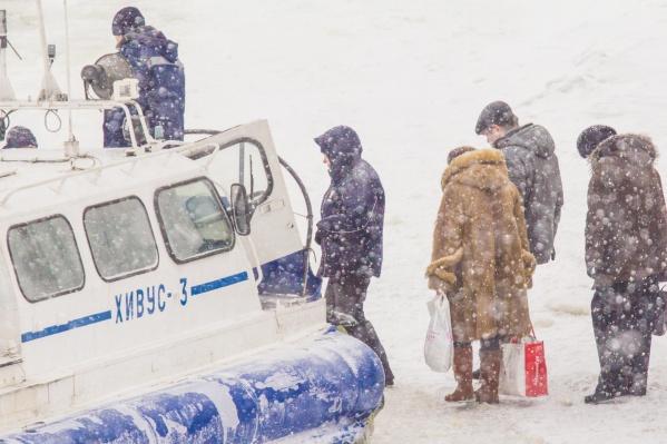 Ледовую переправу обслуживают суда на воздушной подушке<br><br>