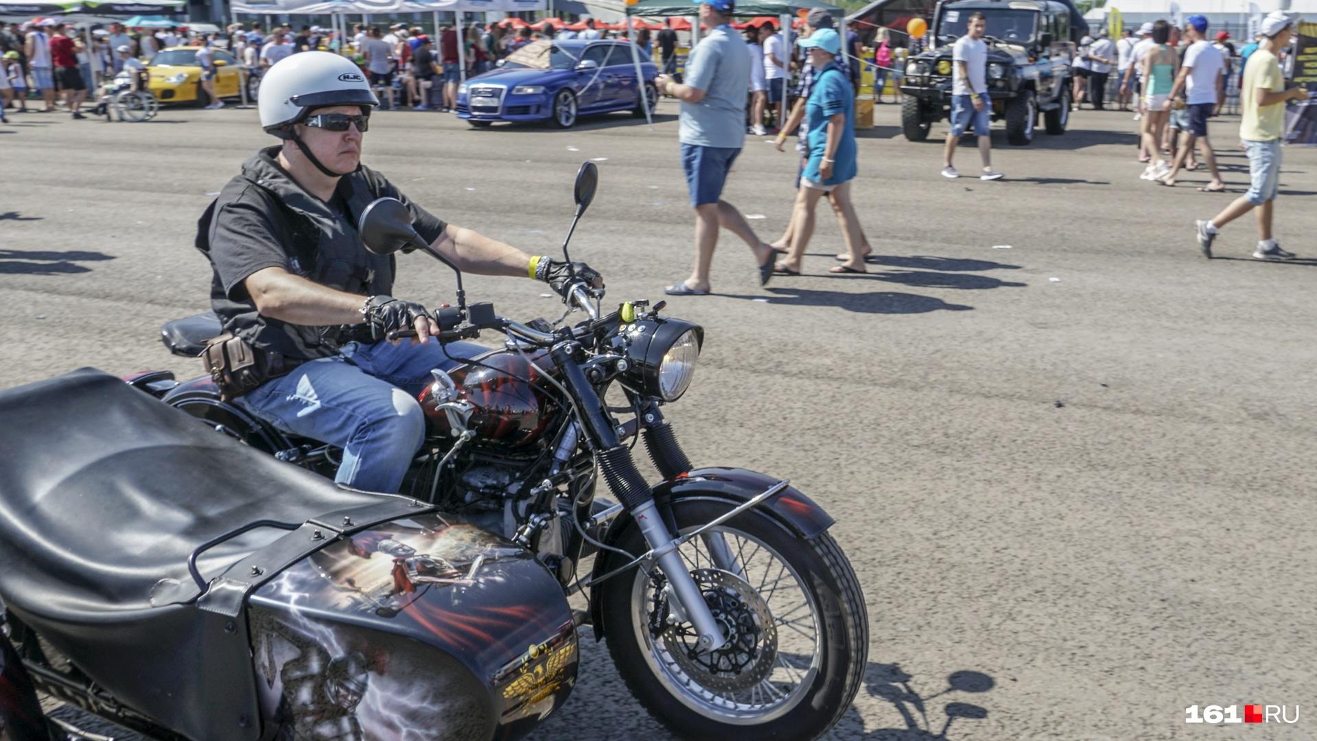 Мотоциклисты ждали своего заезда, фотографируясь с публикой