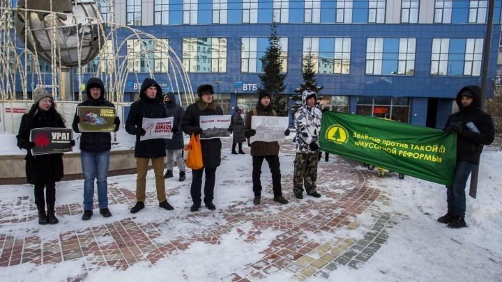 40 новосибирцев собрались на митинге против мусорной концессии и за сортировку мусора