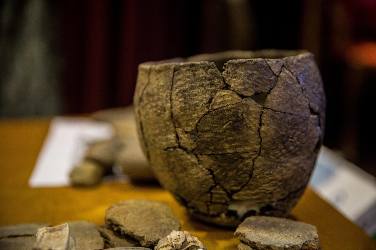 Определить эпоху и культуру обнаруженных захоронений помог, в частности, орнамент на собранном учёными из черепков горшке