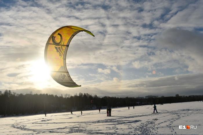 Паруса-кайты выглядят очень завораживающе на фоне неба и солнца